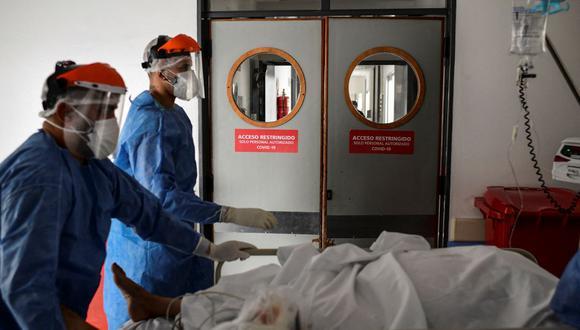 Trabajadores de la salud atienden a un paciente de coronavirus COVID-19 en la Unidad de Cuidados Intensivos del hospital El Cruce - Dr. Nestor Kirchner en Florencio Varela, Argentina. (Foto referencial, RONALDO SCHEMIDT / AFP).