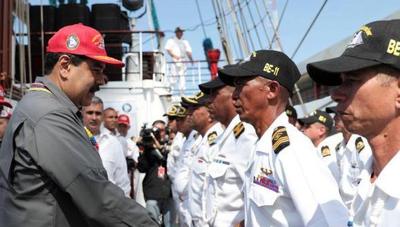 El presidente de Venezuela, Nicolás Maduro (izq.), le da la mano a un oficial del buque escuela Simón Bolívar, buque insignia de la armada venezolana, en La Guaira, Venezuela. 17 de febrero de 2018. (Palacio de Miraflores/Handout vía REUTERS).