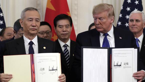 El presidente de EE.UU., Donald Trump,  con el viceprimer ministro chino, Liu He, durante la ceremonia de firma del pacto comercial entre Estados Unidos y China en la Casa Blanca. (AP Photo/Evan Vucci)