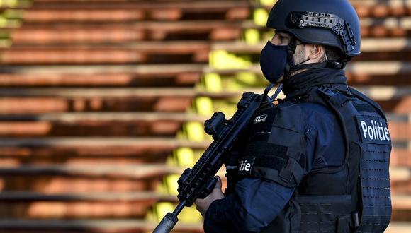 Un policía fuertemente armado vigila un tribunal durante el juicio al diplomático iraní Assadollah Assadi en Amberes, Bélgica. (Foto de DIRK WAEM / BELGA / AFP).