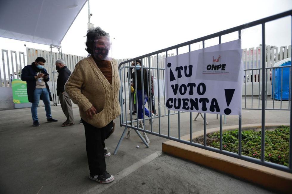 Personas de la tercera edad llegaron a votar hasta el colegio José Granda, ubicado en la Av. Universitaria, en el distrito de San Martín de Porres. (Foto: Jorge Cerdán / GEC)