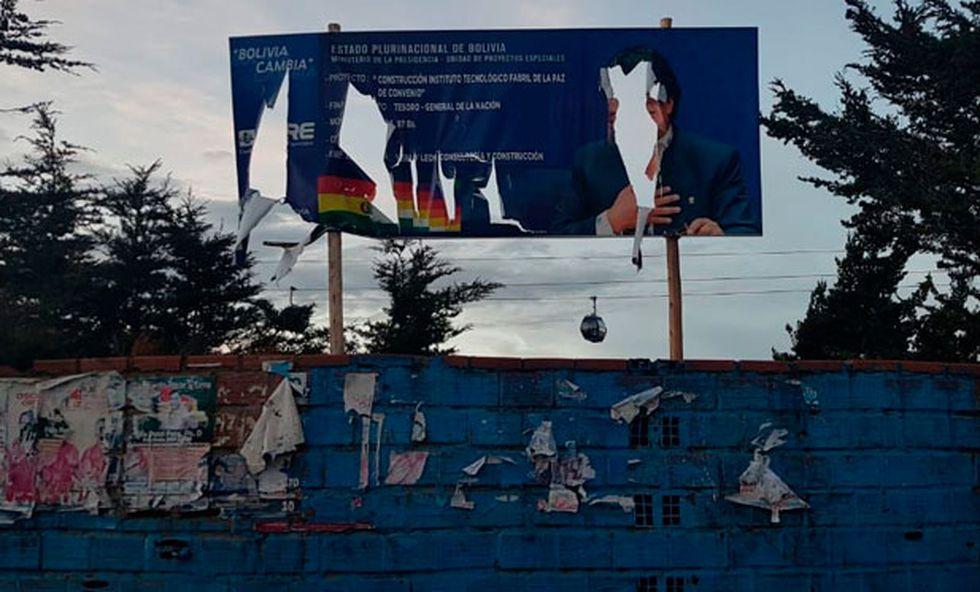 Un cartel con la imagen de Evo Morales en un estadio de El Alto que fue destruido durante las protestas contra el expresidente. (Enrique Naveda / Cortesía)