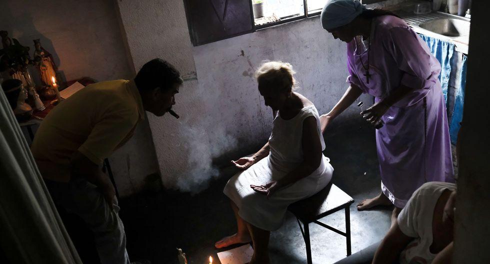 Para la atención, se exige una vela, un tabaco y siempre pago en efectivo. (Foto: AFP)