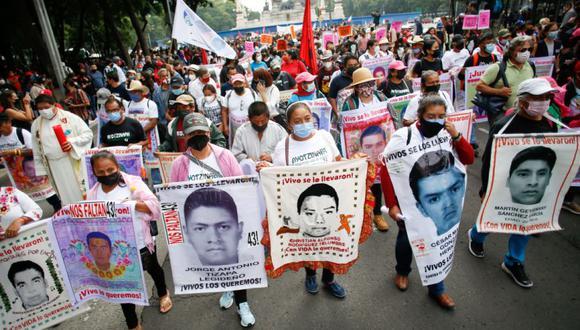"""Familiares marchan para conmemorar el 7 ° aniversario de la desaparición de los 43 estudiantes del Colegio Ayotzinapa """"Raúl Isidro Burgos"""" en el estado de Guerrero, en la Ciudad de México, México,. (Foto: REUTERS / Gustavo Graf)."""