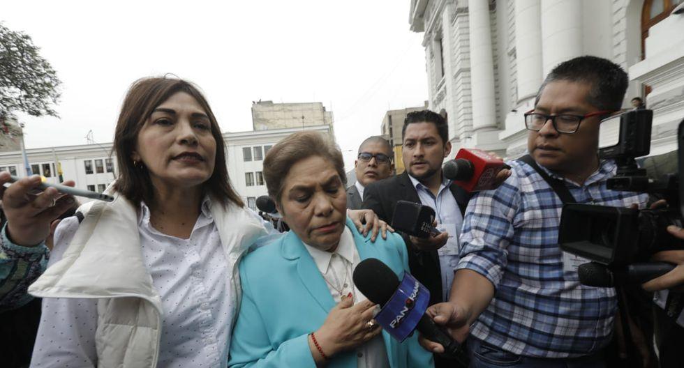 Luz Salgado, luego de tratar de hacer ingresar a Karla Schaefer y Úrsula Letona, se retiró sollozando al interior del Parlamento. (Foto: GEC)