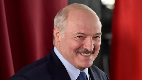 El presidente de Bielorrusia, Alexander Lukashenko, sonríe mientras vota en un colegio electoral durante las elecciones presidenciales en Minsk. (Foto: AFP / POOL / Sergei GAPON).