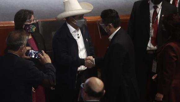 El exgobernador regional de Junín Vladimir Cerrón saludando al mandatario electo Pedro Castillo tras culminar la ceremonia. (Foto: César Campos Medina / @photo.gec)