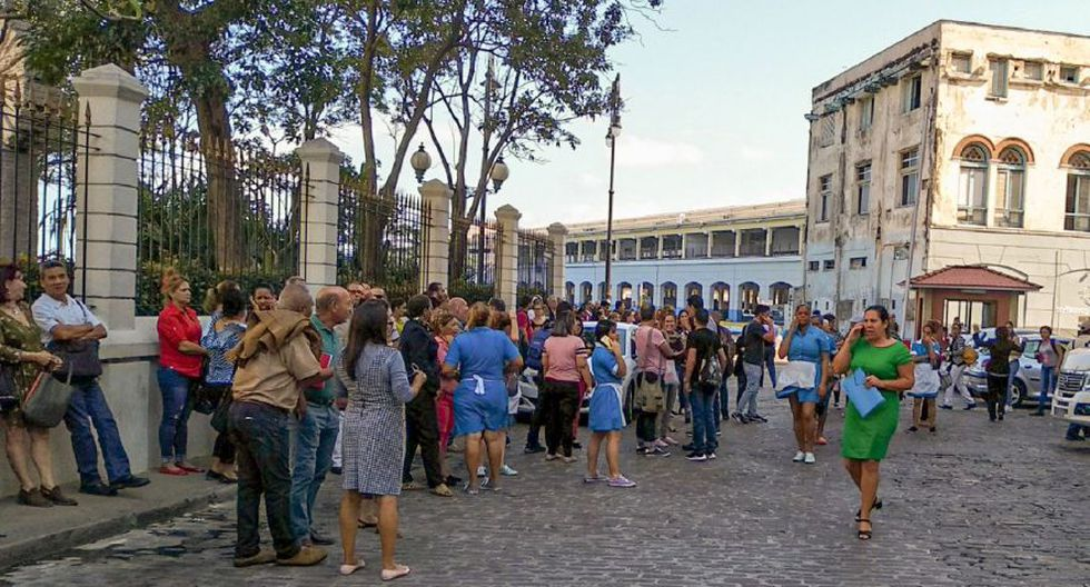 Los trabajadores abandonan el edificio de la Lonja del Comercio (Mercado de Comercio) después de un terremoto en La Habana el 28 de enero de 2020. (Foto: AFP).