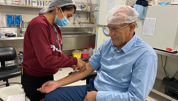 Manolo Fernández, CEO de Farvet, empezó el desarrollo de la candidata a vacuna el año pasado. En varias ocasiones dijo que ya estaba utilizando el producto, pese a no tener autorización, pero luego se retractó.