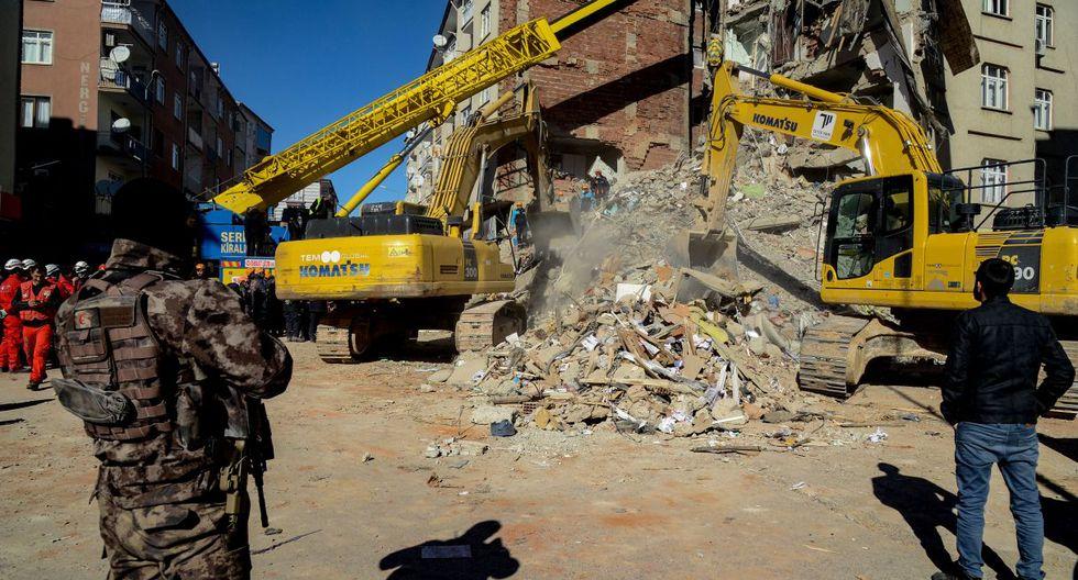 Con excavadoras, sierras eléctricas o con las manos, los equipos lograron por el momento sacar con vida de los escombros a 43 personas. (Foto: AFP)