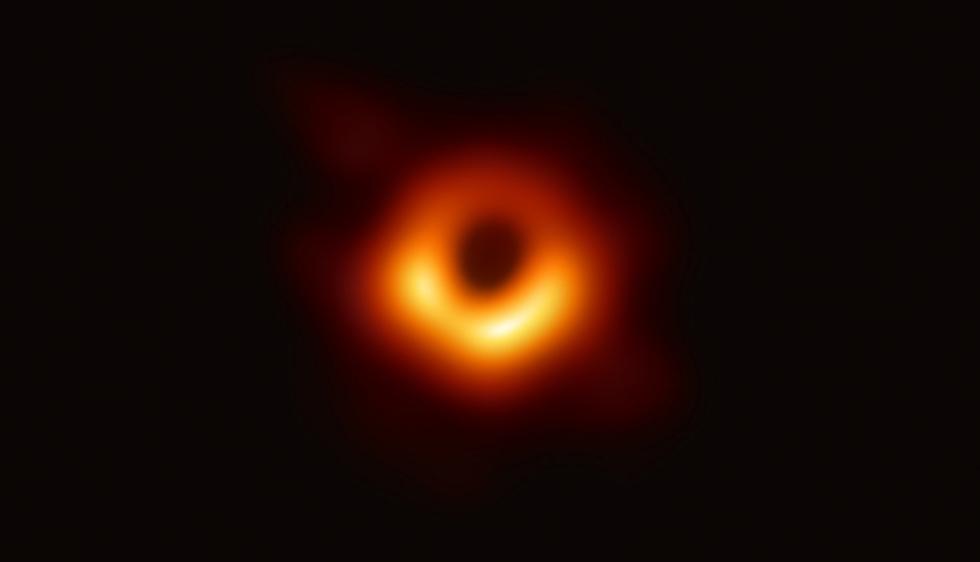 El agujero negro se encuentra en el medio de la galaxia M87, a 53,3 millones de años luz de la Tierra. (Foto: EHT)