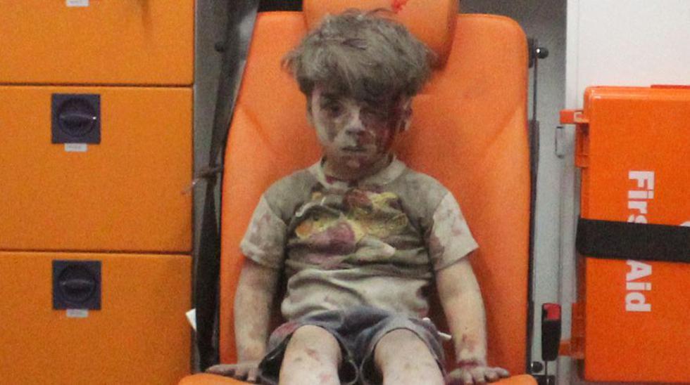 Las imágenes del niño Omran, sentado en una ambulancia, cubierto de polvo y sangre, aturdido por un bombardeo sobre Alepo, provocaron gran indignación en el mundo y un fuerte llamado de atención a Siria para que cese la guerra