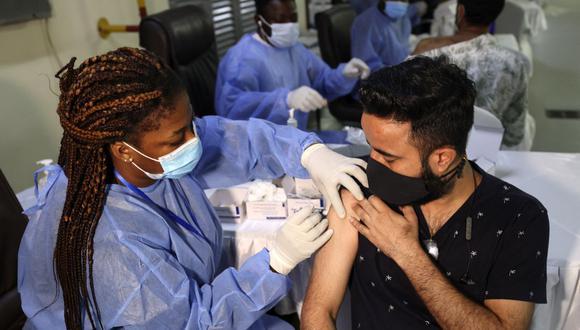 Un trabajador de la salud administra una inyección de la vacuna COVID-19 Sinopharm de China a un hombre en el Guru Nanak Darbar Gurudwara (templo Sikh) en Dubái, Emiratos Árabes Unidos, el 28 de febrero de 2021. (Karim SAHIB / AFP).