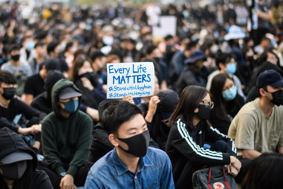 Este domingo, cientos de ciudadanos participan en un mitin en Hong Kong para mostrar su apoyo a la minoría uigur en China. (Foto: AFP)