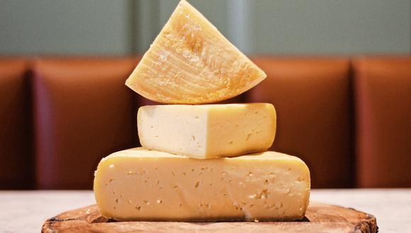 En sánguches, chupes, acompañado de aceitunas o embutidos, o simplemente para probar a tajadas: los quesos peruanos son un sabroso mundo por explorar a través de nuevas variedades. En foto, queso straquicocha (Ancash) de la tienda especializada La Gastrónoma.