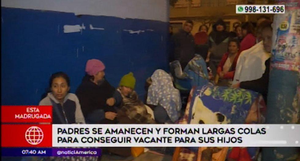 Los padres de familia llegaron provistos de frazadas y bancos para pasar la noche en los exteriores de los centros educativos. (Foto captura: América Noticias)