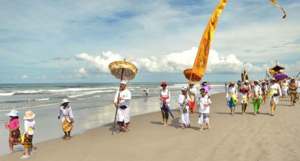Los hinduistas de Bali van a la playa antes del Día del Silencio, para prepararse para el Año Nuevo. (Foto: AFP)