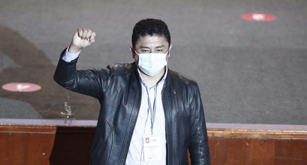 Guillermo Bermejo Rojas, congresista electo por Perú Libre recibió sus credenciales, pero continuará afrontando el juicio oral en su contra por presunto terrorismo. (Foto:César Campos/@photo.gec)