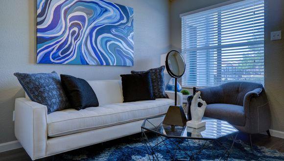 Los tonos azules y verdes, tanto en paredes como en artículos decorativos, estimulan la calma. (Foto: Pixabay)