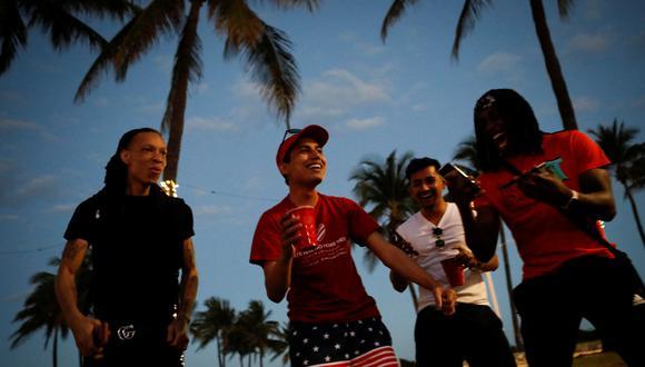 Gente bebiendo en las calles de Miami Beach, Florida. (Foto: Reuters).