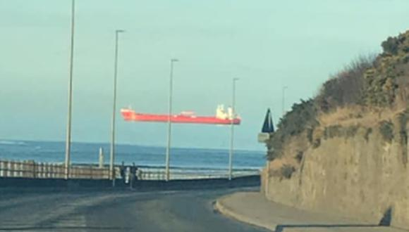 La imagen del barco que parece estar flotando en el cielo llamó fuertemente la atención en Internet. (Foto: Colin McCallum / Facebook)