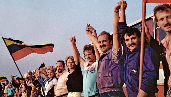 """A finales de la década de los ochenta, dos millones de personas unieron sus manos en una """"cadena humana"""""""