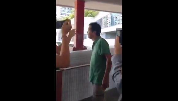 Manifestantes en Hong Kong prenden fuego a un hombre que discutía con ellos. (Captura de video).