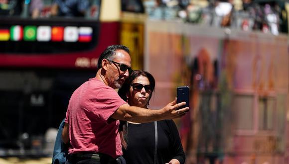 Personas sin máscaras posan para fotos en Times Square durante la pandemia de la enfermedad por coronavirus (COVID-19) en el distrito de Manhattan de la ciudad de Nueva York, Nueva York, Estados Unidos, el 14 de mayo de 2021. (REUTERS/Carlo Allegri).