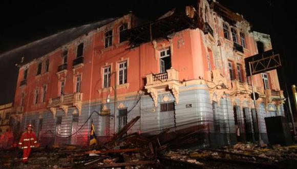 Casona destruida por incendio pone en peligro a traseúntes