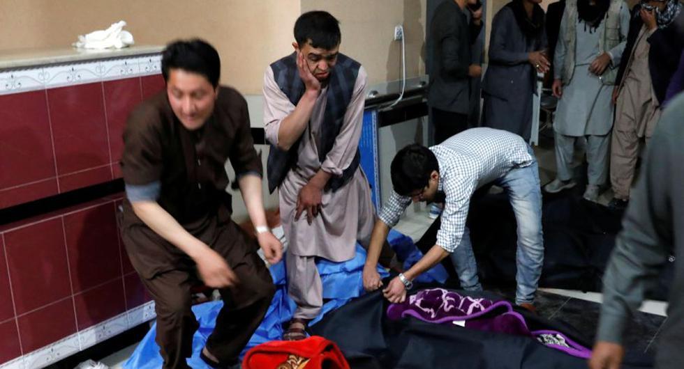 Hombres afganos buscan a sus familiares en un hospital después de un atentado suicida en Kabul, Afganistán. (REUTERS / Mohammad Ismail).