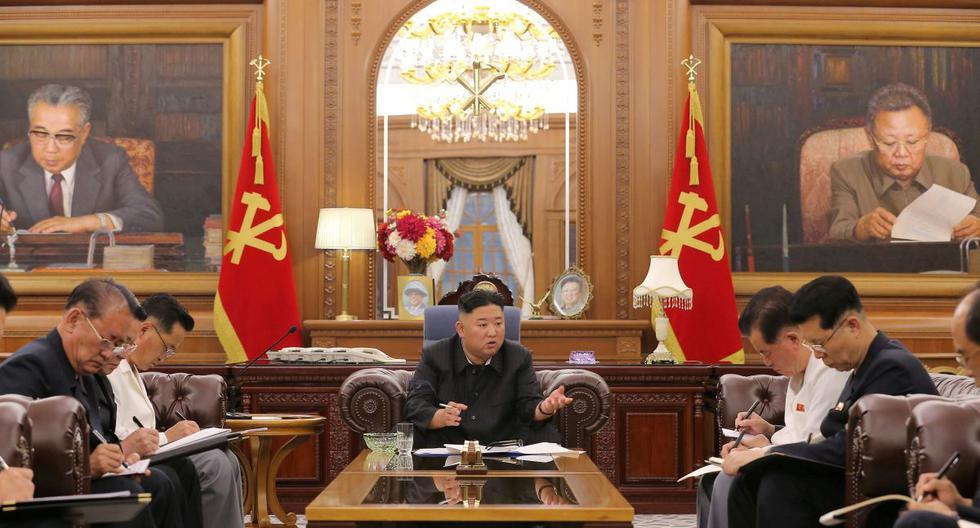 El líder norcoreano, Kim Jong-un, en una reunión con altos funcionarios del Comité Central del Partido de los Trabajadores de Corea (WPK) y los Comités Provinciales del Partido en Pyongyang, Corea del Norte. (AP).
