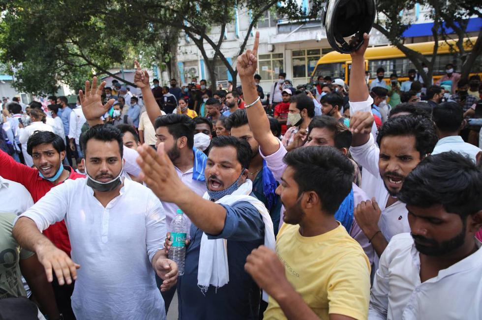 """Activistas indios gritan consignas mientras protestan contra una presunta violación en grupo de una niña """"dalit"""" de 19 años en Nueva Delhi, India. (EFE/EPA/RAJAT GUPTA)."""