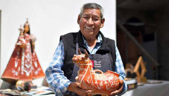 Mamerto (Quinua, Ayacucho, 1942) aprendió los secretos de la arcilla de su abuelo Francisco Sánchez. Utiliza discos artesanales y carrizo para moldear y tallar la arcilla. Remoja y tamiza tierra blanca antes de usarla. (Foto: Renzo Salazar)