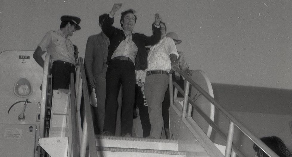 Roberto Gómez Bolaños saludando al público peruano en su llegada a Lima el 28 de marzo de 1979, para presentarse en el coliseo Amauta. (GEC Archivo Histórico)