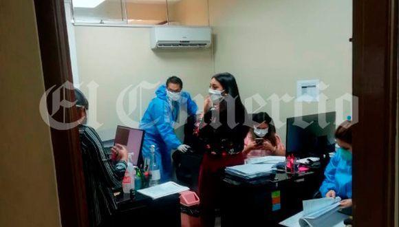 Los fiscales revisaron las computadoras en las sedes policiales intervenidas, en el Cercado de Lima.