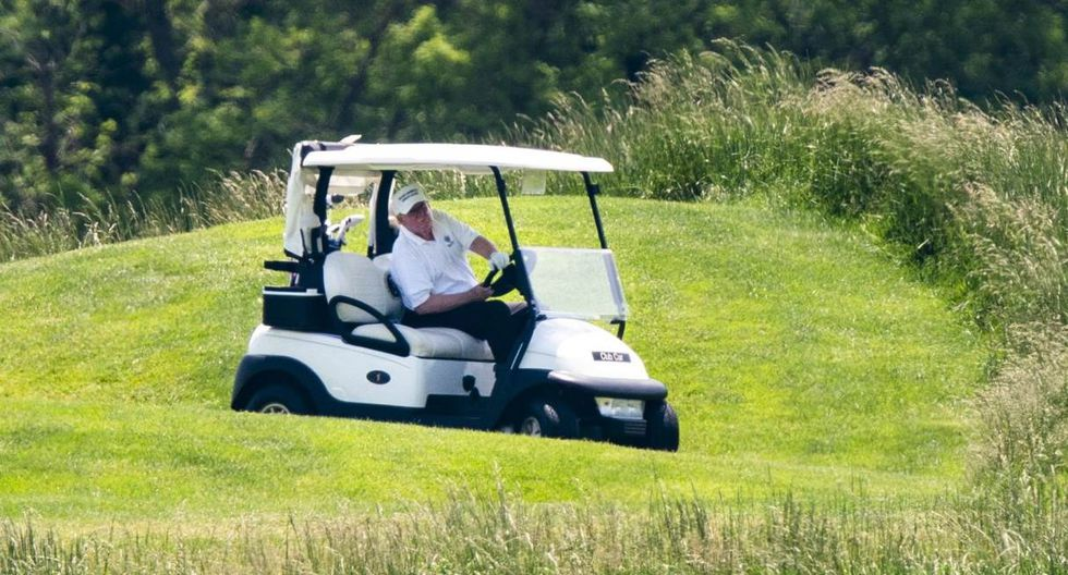 Imagen del presidente Donald Trump visitando este sábado su club de golf en Sterling (Virginia). (EFE/EPA/JIM LO SCALZO).