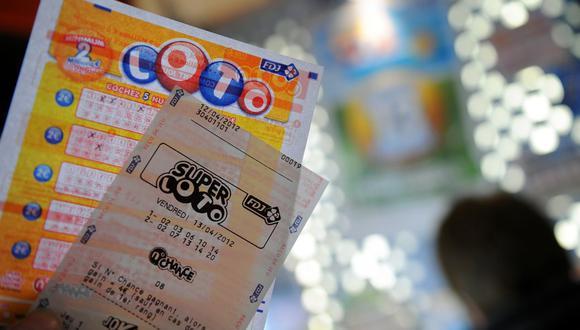 Cuatro mendigos que pedían limosna ganaron 50.000 euros con un boleto de lotería que les regalaron. (Foto: FRANCK FIFE / AFP)