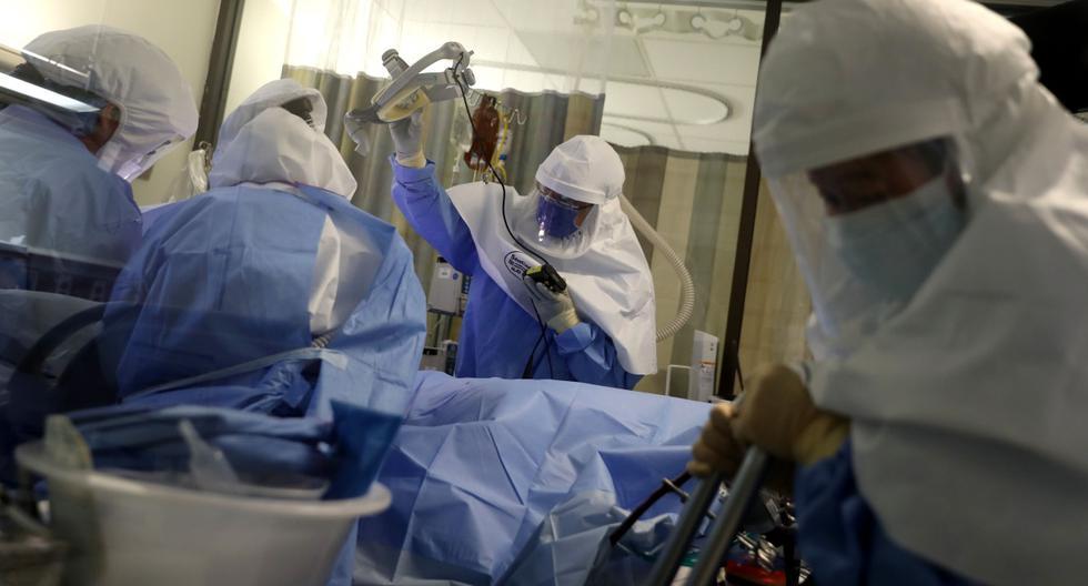 Imagen referencial. Los médicos y las enfermeras usan equipo de protección personal (PPE) mientras realizan un procedimiento en un paciente con coronavirus en California (Estados Unidos). (Justin Sullivan/Getty Images/AFP).