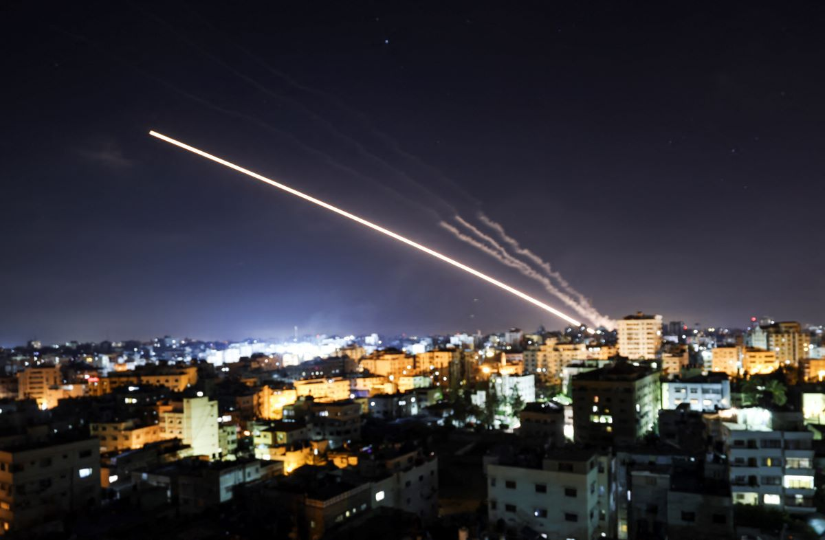 Los cohetes son lanzados desde la ciudad de Gaza, controlada por el movimiento palestino Hamas, hacia Israel a principios del 15 de mayo de 2021. (JAMONES MAHMUD / AFP).