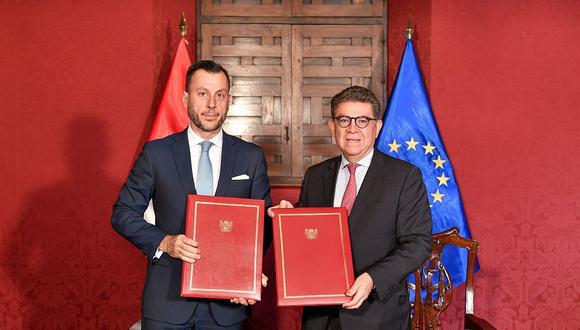 El jefe de la Delegación de la Unión Europea en el Perú, Diego Mellado, y el canciller Gustavo Meza-Cuadra firmaron el acuerdo para el envío de la MOE. (Foto: Difusión)