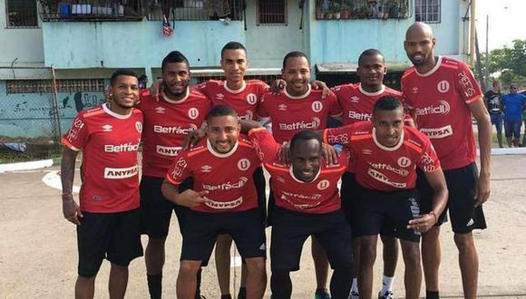 2017. Chiquitín Quintero es el primero de los parados, a la izquierda. Tras su primer año en la 'U', compró ropa deportiva para hacer de su barrio una filial crema y rojo.