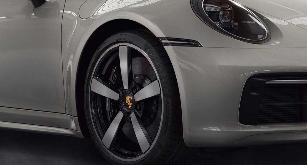 Entre las novedades que luce este Porsche 911 se encuentra un nuevo paragolpes, techo en fibra de carbono y detalles en el habitáculo. (Fotos: Porsche).