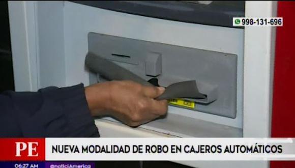 Los delincuentes usan un trozo de jebe que colocan sobre el dispensador de billetes para apoderarse del dinero. (Captura: América Noticias)