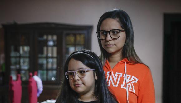 Daniela es una sobreviviente. Tuvo COVID-19 y estuvo en UCI por más de 10 días. Su mamá, Milagros, es su principal soporte para su recuperación. (Foto: Hugo Pérez)