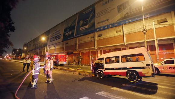 Un estudio del observatorio Lima Cómo Vamos revela que anualmente las víctimas mortales en las pistas superan los 2.600. Esta vez, una mujer fue víctima de un atropello por una combi. (Fotos: Cesar Grados/ @photo.gec)