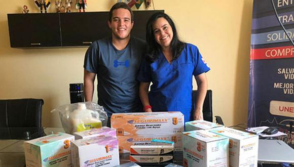 Lar MV Karla Estévez, directora de Meved, recibe una donación de medicinas de parte de la asociación sin fines de lucro WUF: