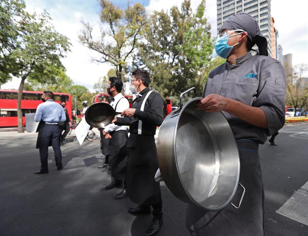 Empleados de restaurantes protestan hoy mientras exigen poder reabrir a pesar del complejo momento de la pandemia en Ciudad de México. (Texto: EFE / Foto: EFE/Mario Guzmán)