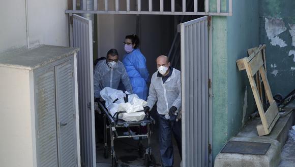 Trabajadores de una funeraria llevan un cadáver de los hogares de ancianos Vitalia en Leganés, España, el viernes 3 de abril de 2020. Foto: AP Photo/Manu Fernandez