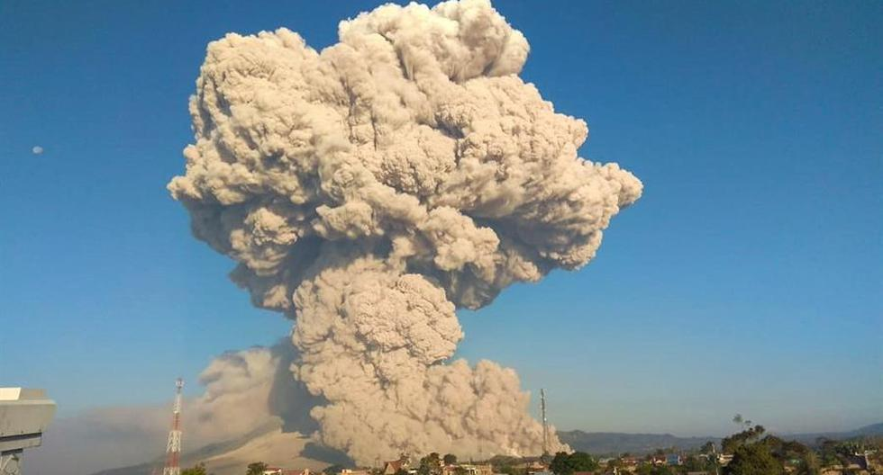 Sinabung volcano emits 5,000 meter high plume of smoke in Indonesia
