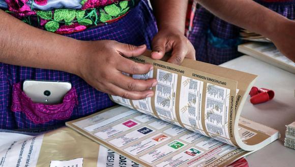 Una mujer indígena zapoteca, que es seleccionada como funcionaria de mesa de votación por el Instituto Nacional Electoral (INE), cuenta las boletas en la aldea rural de San Bartolomé. Quialana, en el estado de Oaxaca, México, 31 de mayo de 2021. (REUTERS/Jorge Luis Plata).